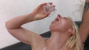 Femme gourmande vient boire son verre de sperme